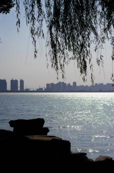 波光粼粼的湖面图片