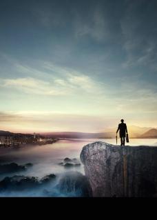 站在山顶的人图片